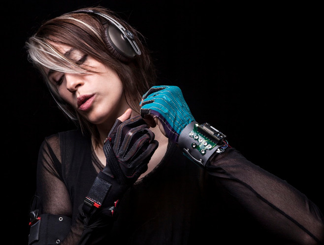 Imogen_Heap_Gloves2